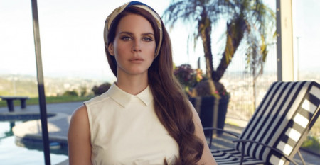 nu-ca-si-lana-del-rey-ra-mat-tap-tho-dau-tay-violet-bent-backwards-over-the-grass